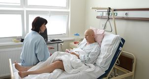 Vrouwenpatiënt met kanker in het ziekenhuis met vriend stock videobeelden