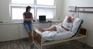 Vrouwenpatiënt met kanker in het ziekenhuis met vriend stock footage