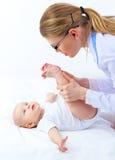 Vrouwenpediater met kleine baby stock afbeeldingen