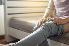 Vrouwenpoging die of haar broek in kleedkamer zetten dragen royalty-vrije stock afbeelding