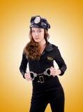 Vrouwenpolitie met handcuffs op wit stock fotografie