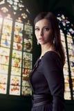 Vrouwenportret, de achtergrond van het gebrandschilderd glasvenster Stock Foto's