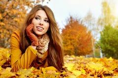 Vrouwenportret in de herfstkleur Royalty-vrije Stock Foto
