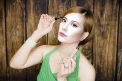 Vrouwenportret met groene kleding stock afbeeldingen