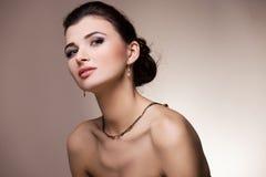 Vrouwenportret met juwelen toebehoren Stock Foto