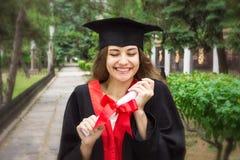 Vrouwenportret op haar graduatiedag universiteit Onderwijs, graduatie en mensenconcept stock afbeeldingen