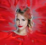 Vrouwenportret in rood wordt ontworpen dat Stock Fotografie
