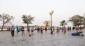 Vrouwenpraktijk aëroob in Phnom Penh stock foto's