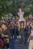 Vrouwenprotesteerders die in Santiago de Chile tijdens 8M International Womens Day rusten stock afbeeldingen