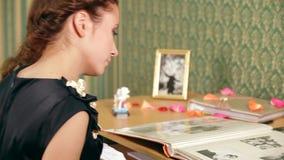 Vrouwenrappels met Droefheid stock footage