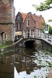 Vrouwenregt na louça de Delft histórica da cidade, Holanda Fotografia de Stock Royalty Free