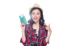 Vrouwenreis De jonge mooie Aziatische holding van de vrouwenreiziger passp Royalty-vrije Stock Fotografie