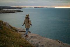 Vrouwenreiziger in de het Noorden Oceaanzonsondergang stock foto's