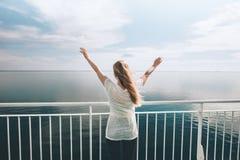 Vrouwenreiziger die door veerboot overzeese gelukkige opgeheven handen reizen stock foto's
