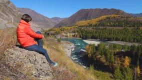 Vrouwenreiziger die natuurlijke canion met mening van de bergrivier bekijken Concept reis stock videobeelden