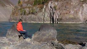 Vrouwenreiziger die natuurlijke canion met mening van de bergrivier bekijken Concept reis stock video
