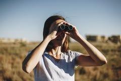 Vrouwenreiziger die solo Verrekijkers met behulp van Stock Afbeelding