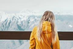Vrouwenreiziger die van het landschap van de winterbergen genieten stock afbeeldingen