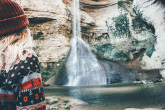 Vrouwenreiziger die waterval van mening genieten Stock Afbeelding