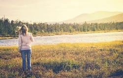 Vrouwenreiziger het lopen het alleen concept van de Reislevensstijl Stock Afbeeldingen