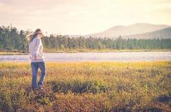 Vrouwenreiziger het lopen het alleen concept van de Reislevensstijl Royalty-vrije Stock Fotografie