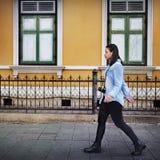 Vrouwenreiziger het Lopen het Concept van de Straatvrijheid Stock Foto