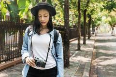 Vrouwenreiziger het Lopen het Concept van de Straatvrijheid Stock Foto's