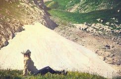 Vrouwenreiziger het ontspannen op van de de Reislevensstijl van de grasvallei de reis van de het conceptenzomer Stock Afbeeldingen
