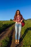 Vrouwenreiziger met de hoed van de rugzakholding en het bekijken verbazend bergen en bos, het concept van de zwerflustreis, ruimt Stock Fotografie