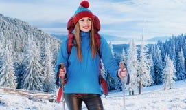 Vrouwenreiziger met rugzak van het de Levensstijlavontuur van de wandelingsreis het concepten actieve vakanties openlucht Royalty-vrije Stock Afbeeldingen