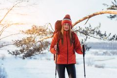 Vrouwenreiziger met rugzak van het de Levensstijlavontuur van de wandelingsreis het concepten actieve vakanties openlucht Mooi la Stock Afbeelding