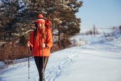 Vrouwenreiziger met rugzak van het de Levensstijlavontuur van de wandelingsreis het concepten actieve vakanties openlucht Mooi la Stock Foto