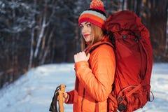 Vrouwenreiziger met rugzak van het de Levensstijlavontuur van de wandelingsreis het concepten actieve vakanties openlucht Mooi la Royalty-vrije Stock Foto's