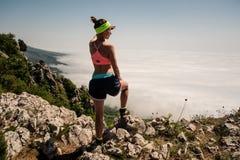 Vrouwenreiziger op bergtop over de Levensstijl van de wolkenreis Royalty-vrije Stock Foto's