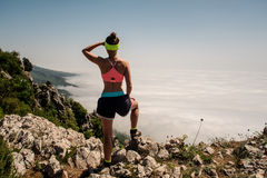 Vrouwenreiziger op bergtop over de Levensstijl van de wolkenreis Stock Fotografie