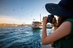 Vrouwenreiziger op Bosphorus in Istanboel Stock Afbeeldingen