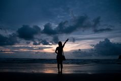 vrouwenrek haar hand aan de hemel Stock Afbeeldingen