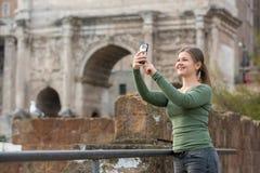Vrouwenromano neemt in foro foto's met haar smartphone royalty-vrije stock foto