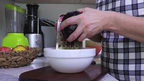 Vrouwenrooster de bieten voor salades stock video