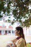 Vrouwenrust in een platteland royalty-vrije stock afbeeldingen
