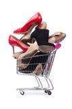 Vrouwenschoenen in boodschappenwagentje op wit Royalty-vrije Stock Afbeeldingen