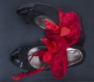 Vrouwenschoenen en rode damesslipjes Royalty-vrije Stock Afbeelding