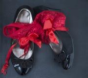 Vrouwenschoenen en rode damesslipjes 2 Stock Foto's