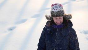 Vrouwenschok van sneeuw van hoed stock footage