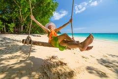 Vrouwenschommeling op het strand Stock Foto