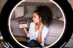 Vrouwenschoonheid die vlogger een make-upleerprogramma registreren stock foto