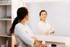 Vrouwenschoonheidsspecialist arts aan het werk in kuuroordcentrum Portret van een jonge vrouwelijke professionele cosmetologist royalty-vrije stock foto's