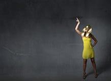 Vrouwensfinx met omhoog vinger wordt vermeld die royalty-vrije stock foto's