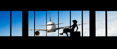 Vrouwensilhouet bij Luchthaven - Concept reis Stock Foto