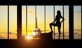 Vrouwensilhouet bij Luchthaven - Concept reis Stock Afbeeldingen